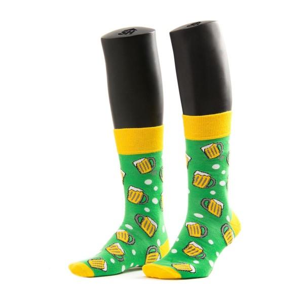 grüne Socken mit gelb abgesetzt - Bierkrüge